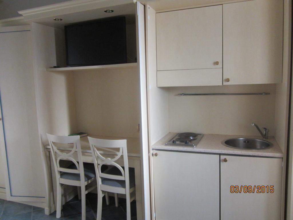 Мини-кухня в шкафу. Отель Посейдон