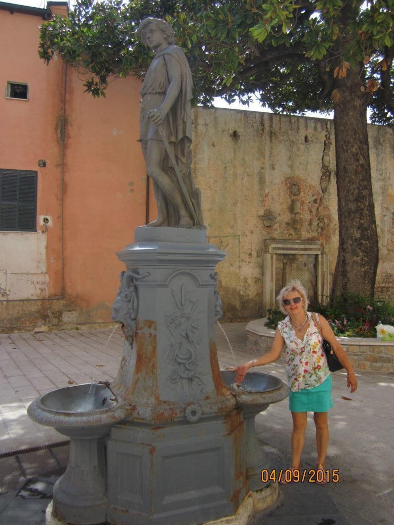 Фонтан с питьевой водой в верхнем городе
