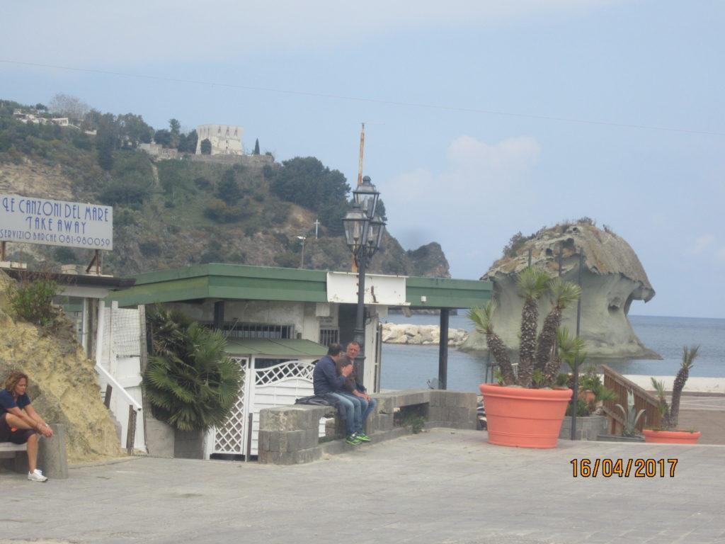 В Лакко Амено, автобусная остановка.