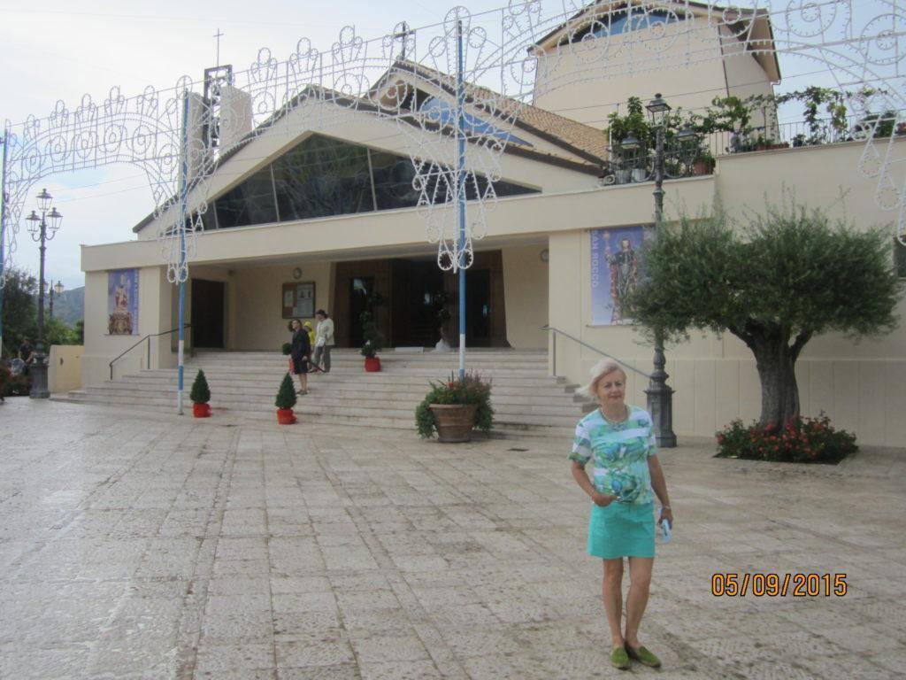 Церковь в Сперлонге. Вид с площади
