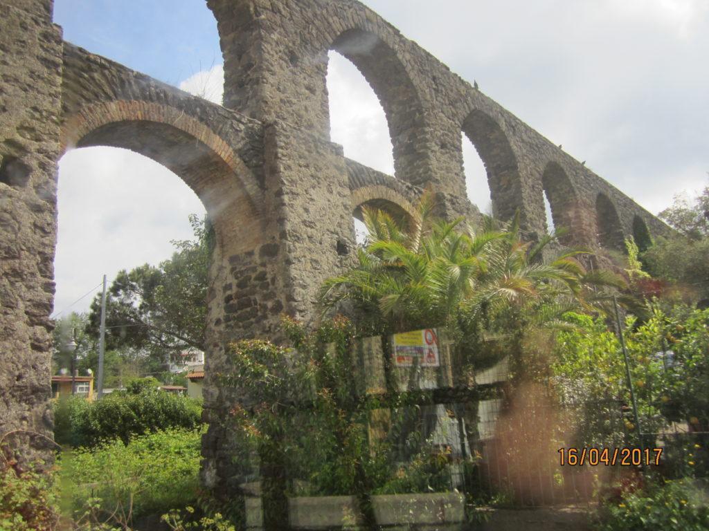 Акведук идущий в городок Искья-Понте