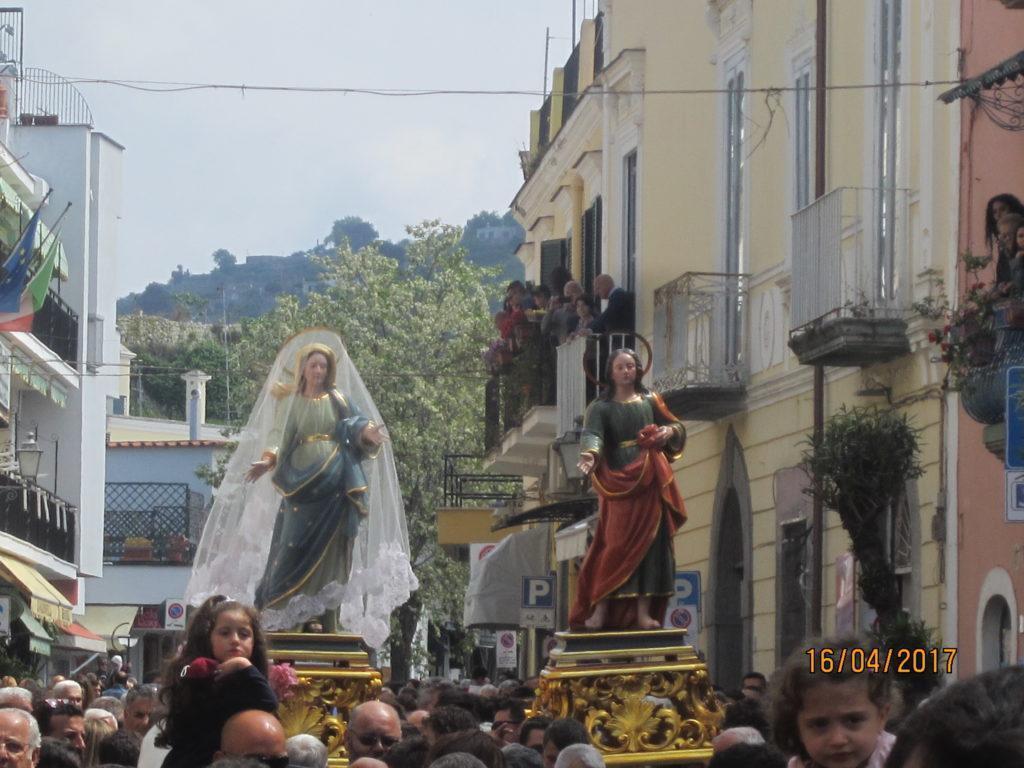 Траурная вуаль  Девы Марии сменилась белой