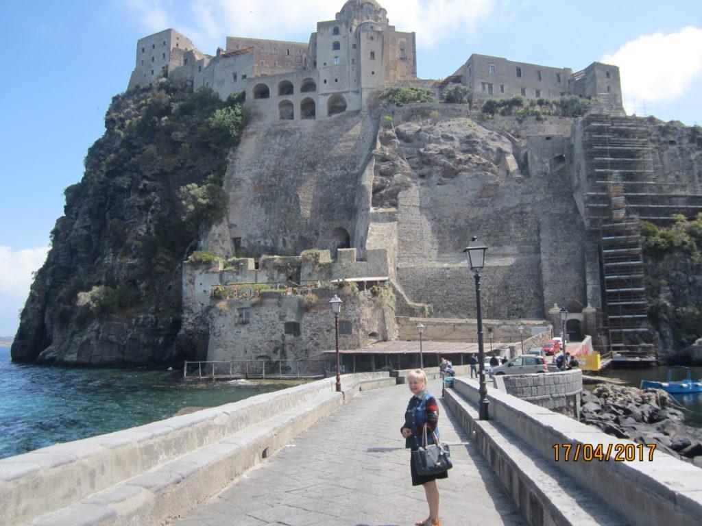 Арагонский замок. Мост ведущий в замок.