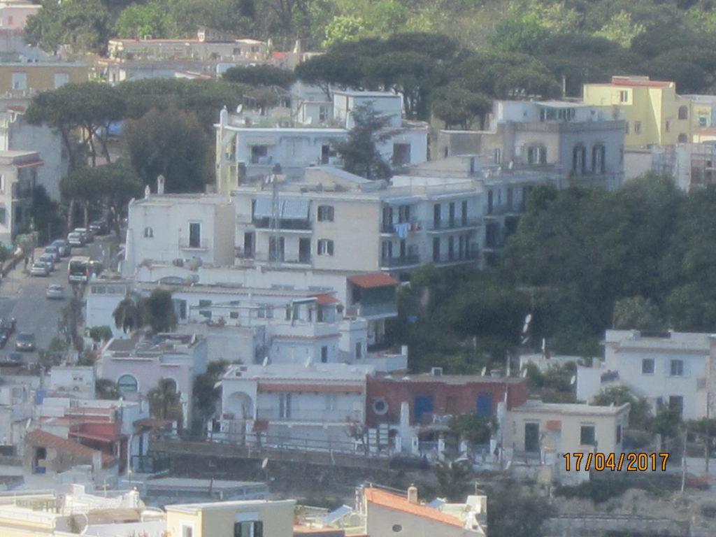 Арагонский замок. Виден наш отель