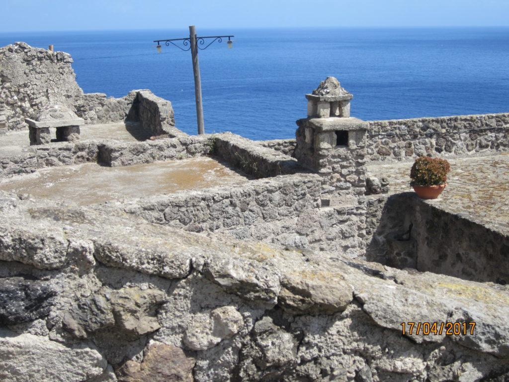 Арагонский замок . Море и небо слились.