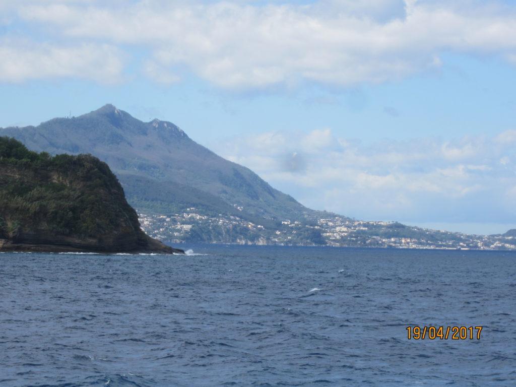 Вдалеке видна Искья и вулкан Эпомео.