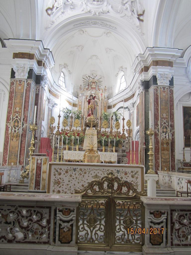 В церкви Форио приготовление к Пасхе