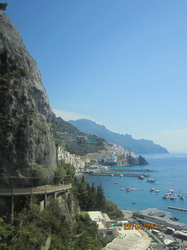 В Амальфи, дорога по побережью. Италия