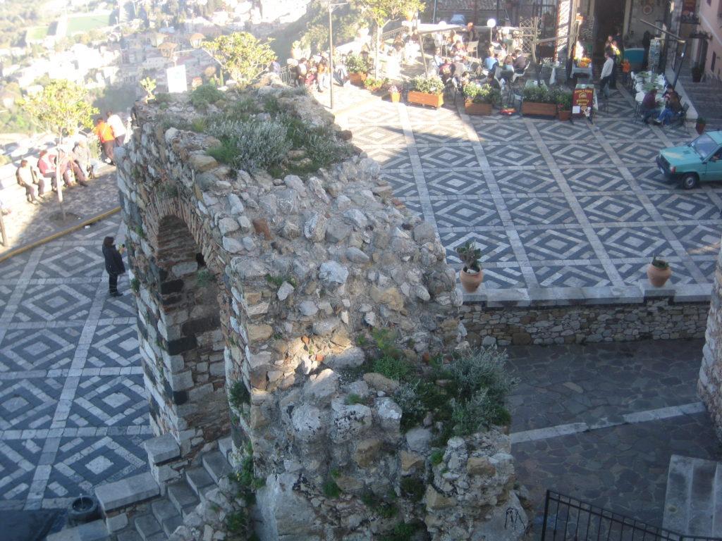 Вид на площадь в Кастельмола.