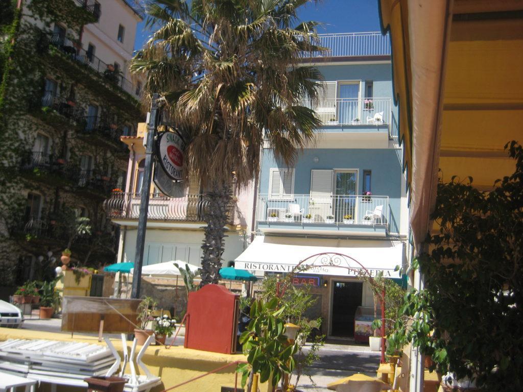 Restorante-Pizzeria Caio-Caio на пляже в Letojanni. Сицилия