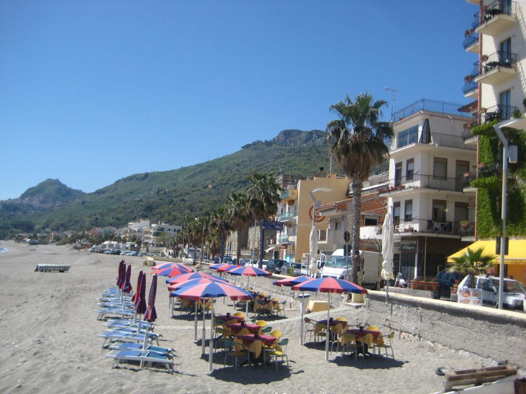 Пляж в Letojanni. Таормина. Сицилия
