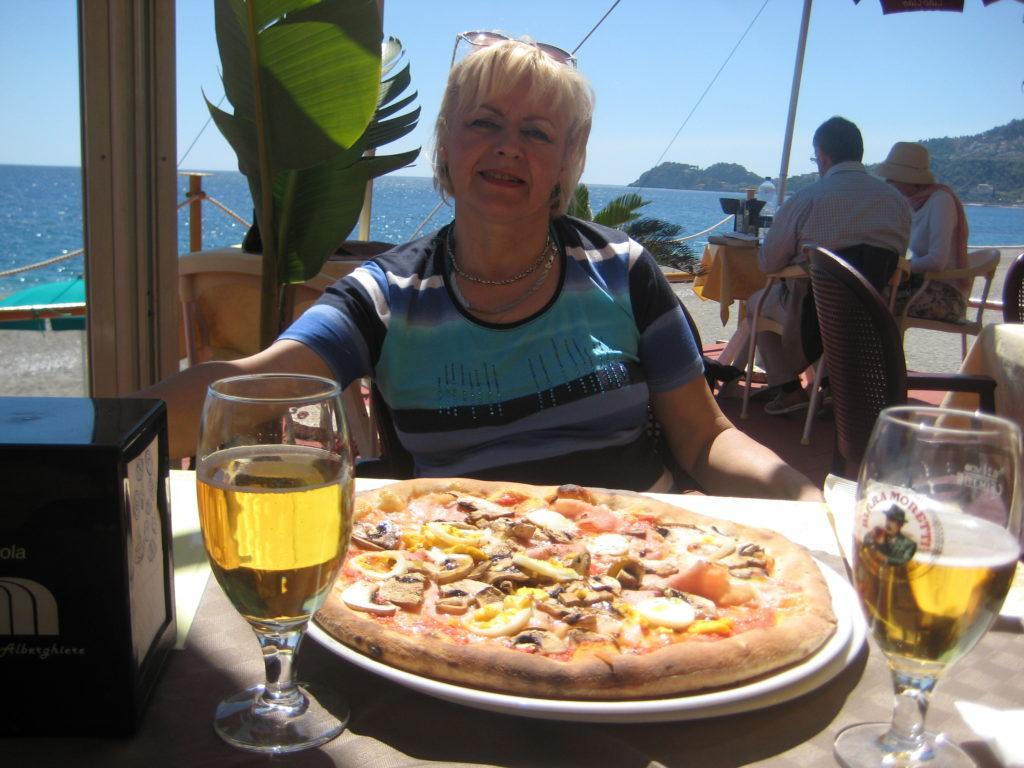 В Restorante-Pizzeria Caio-Caio на пляже в Letojanni.