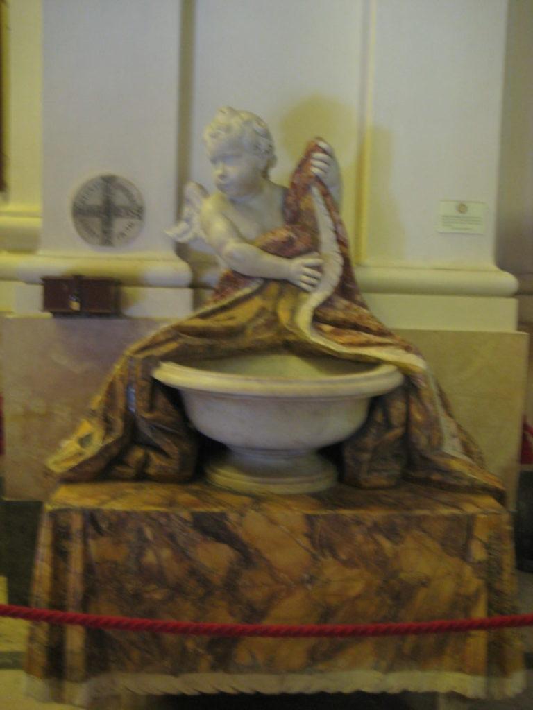 Катания. Chiesa di San Michele ai Minorti. Чаша со святой водой.
