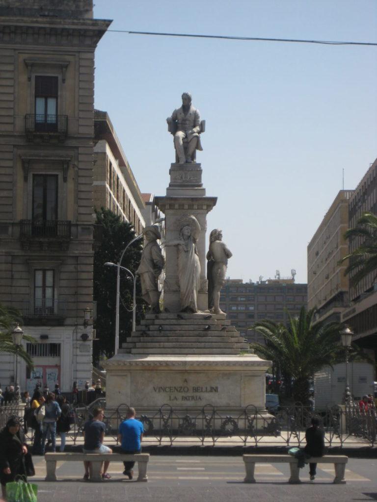 Катания. Piazza Stesicoro памятник Винченцо Беллини