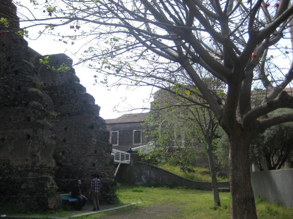 На территории монастыря San Nicolò l'Arena. Катания.