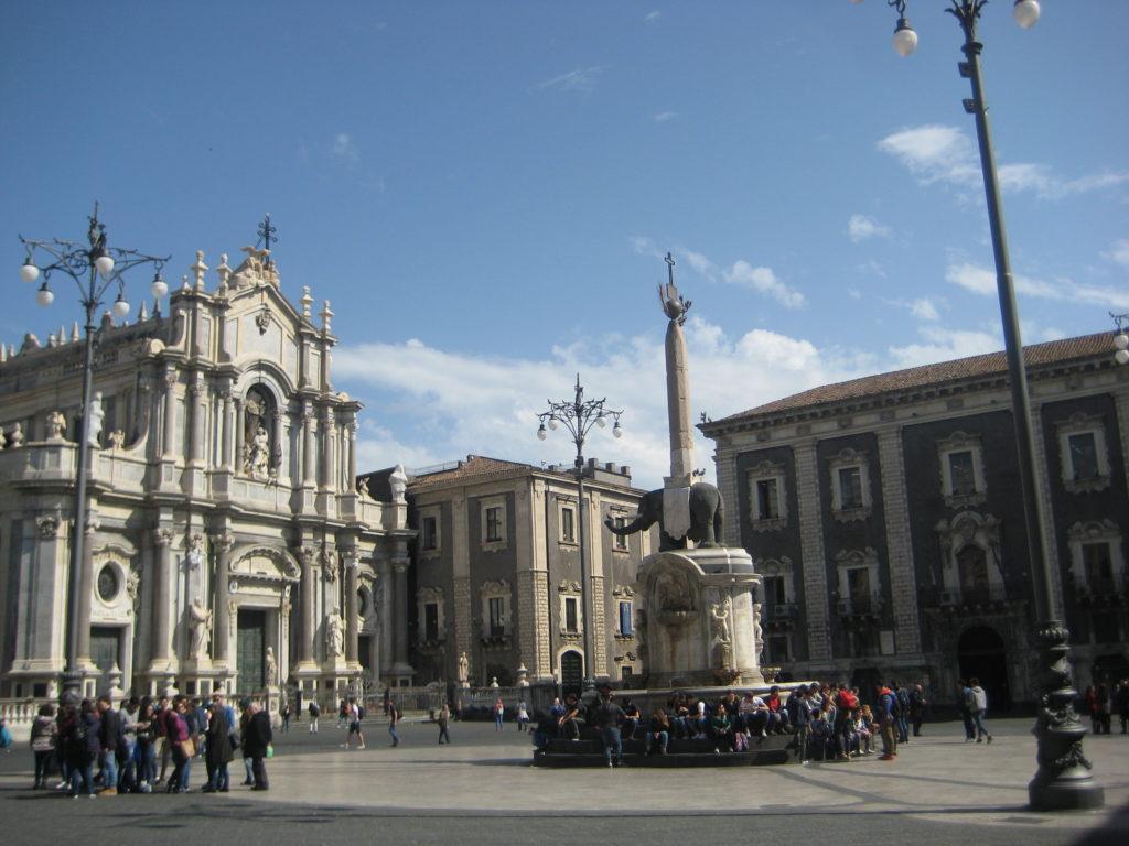 Площадь Дуомо и Кафедральный собор св.Агаты в Катании.