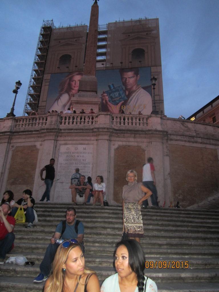 Площадь Испании. На ступеньках Испанской лестницы. Рим