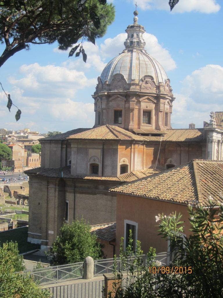 Из Relais Fori Imperiali, к церкви Св. им.. Марии аль Форо Траяно