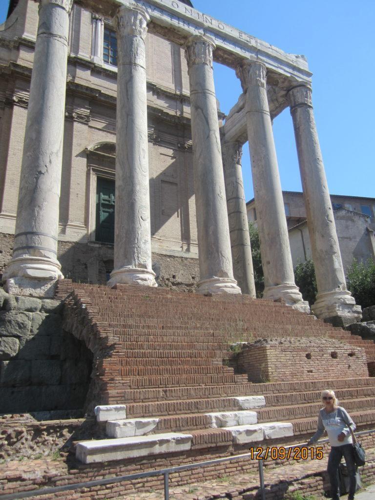 В храм Антонина и Фаустины