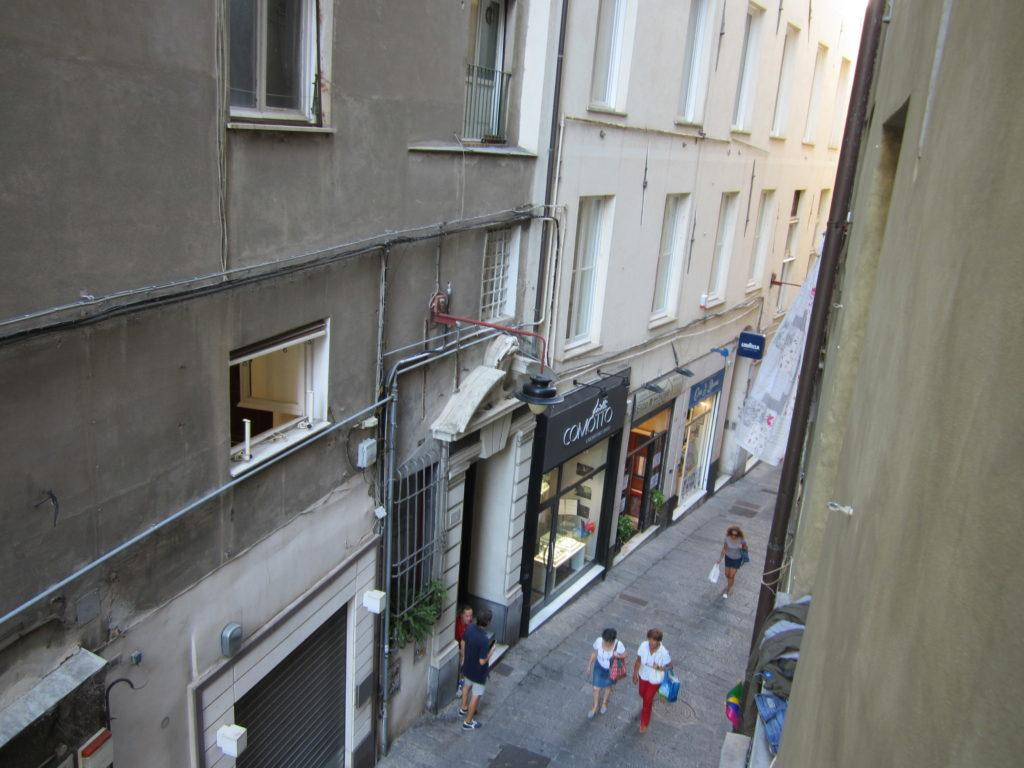 Вид с балкона la casa accanto al Duomo, на улицу