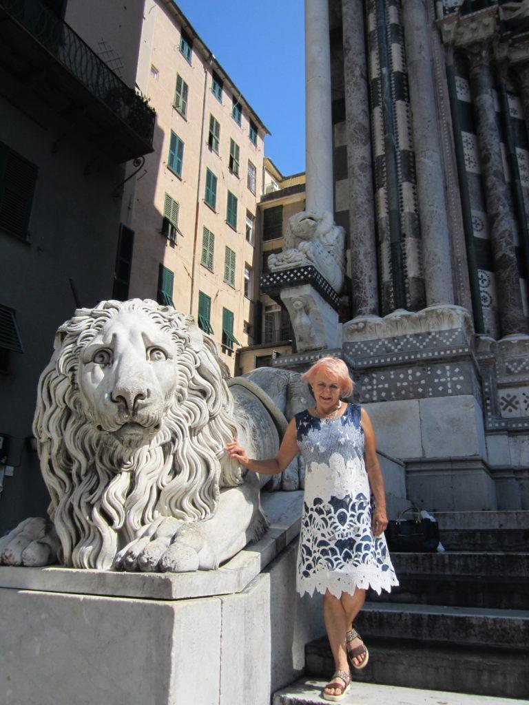 Пары львов охраняющие Собор Сан-Лоренцо.