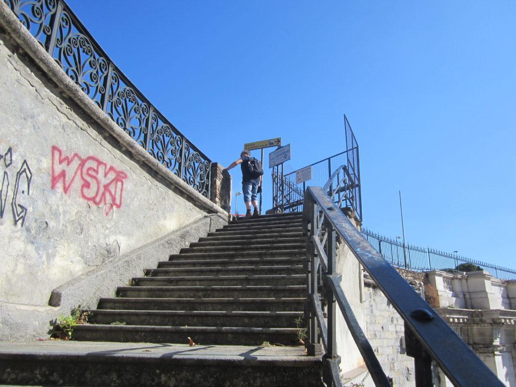 Подъём по лестнице за церковью Св. Стефано со стороны апсиды