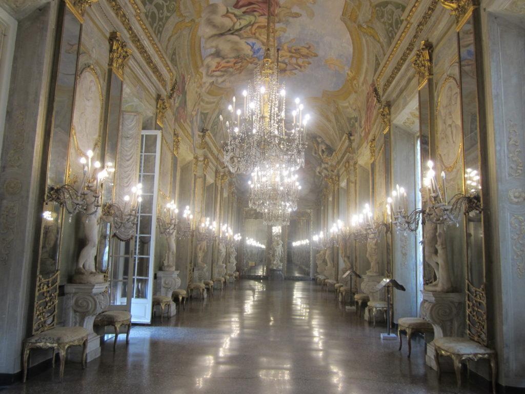 Зеркальная галерея в Palazzo Reale