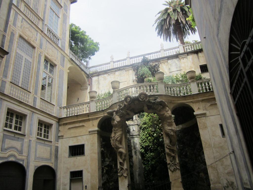 Внутренний двор палаццо на знаменитой Виа Гарибальди