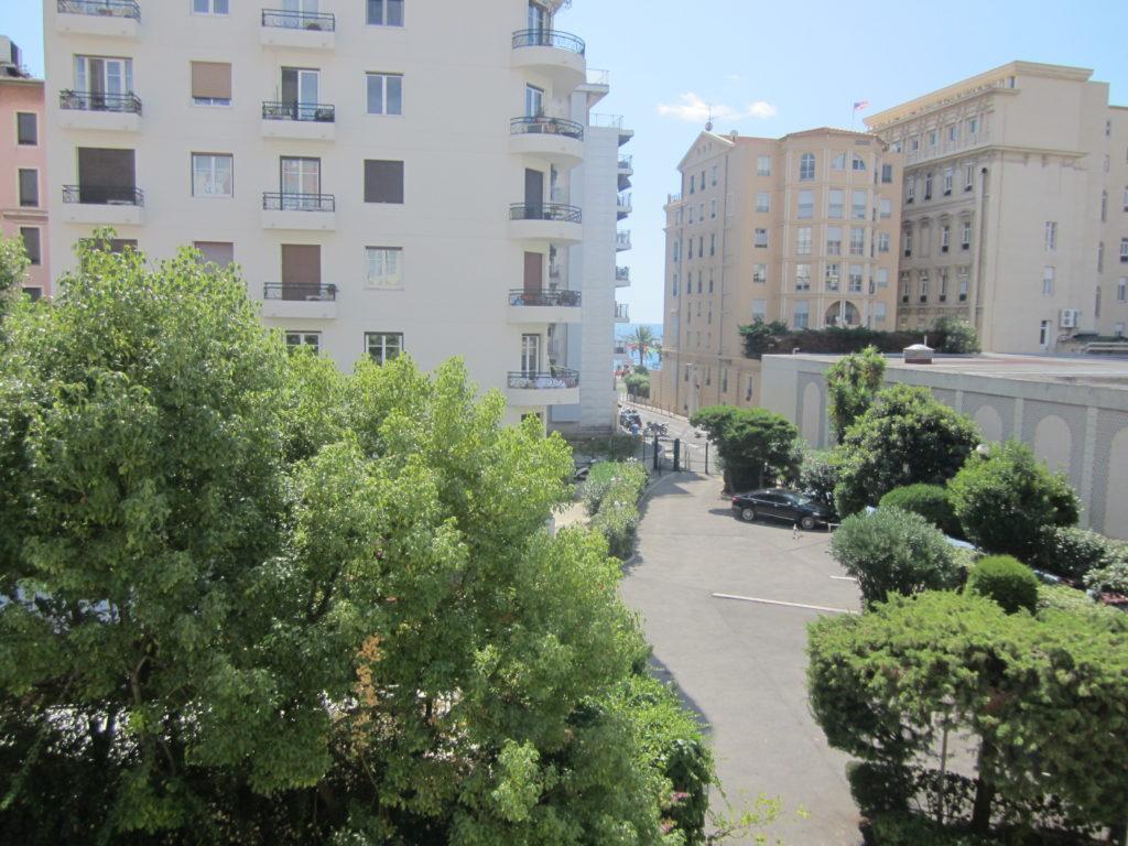 Вид из окна апартаментов Rue de France