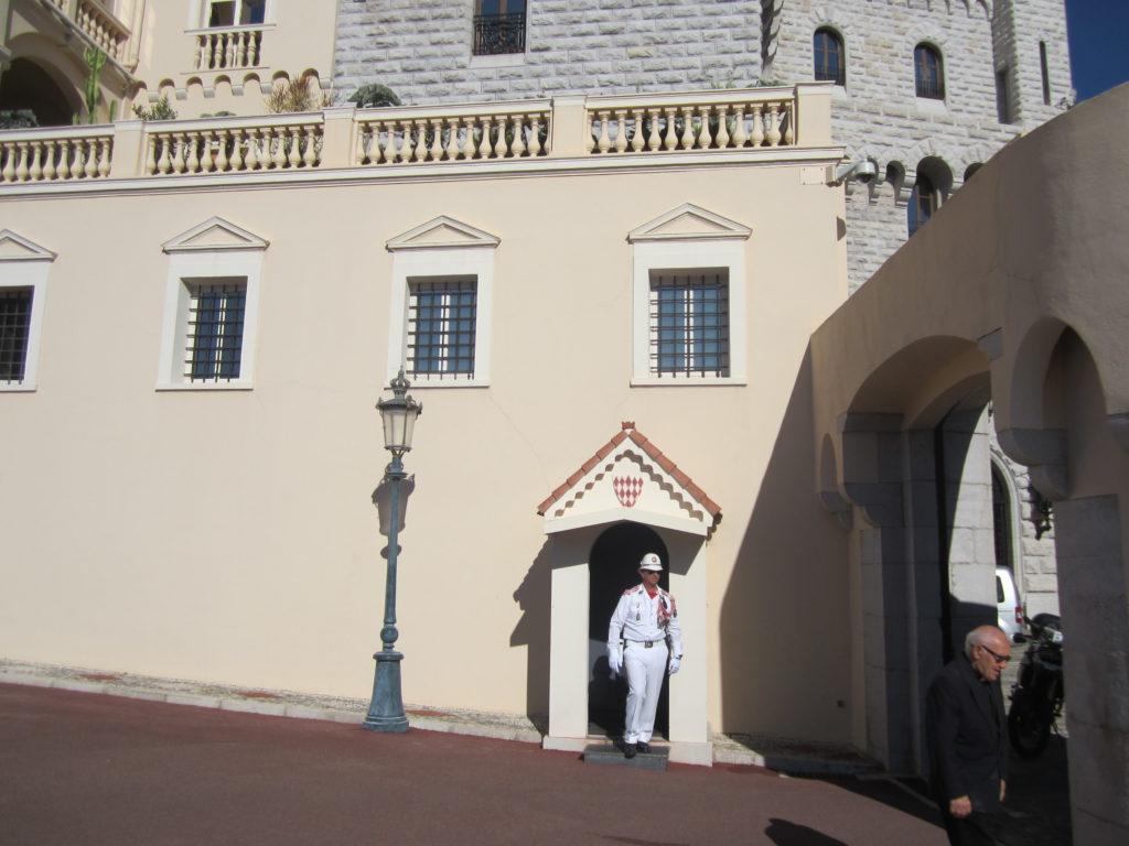 Смена караула у дворца Гримальди