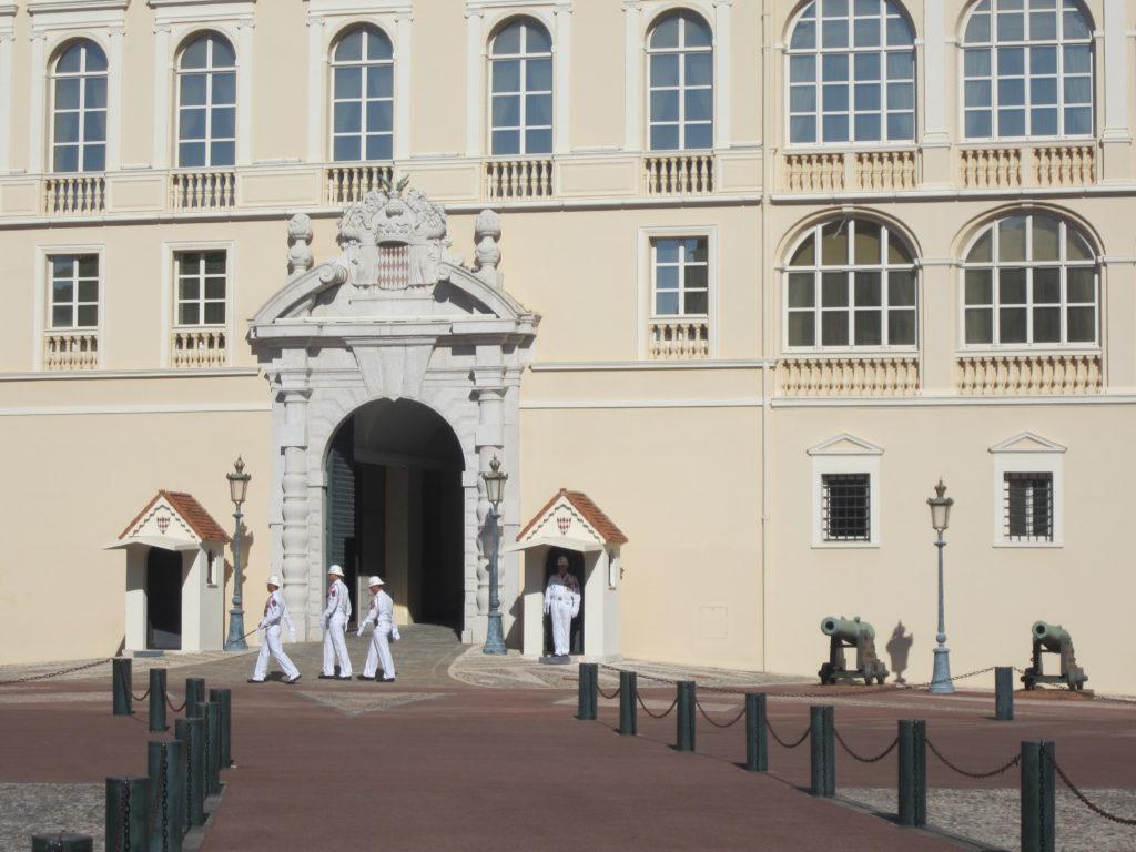 Смена караула у Княжеского дворца Монако