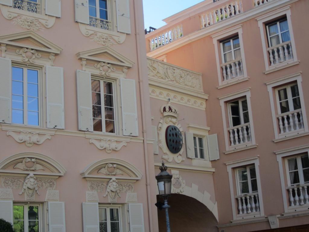 Арка с гербом. Монако.