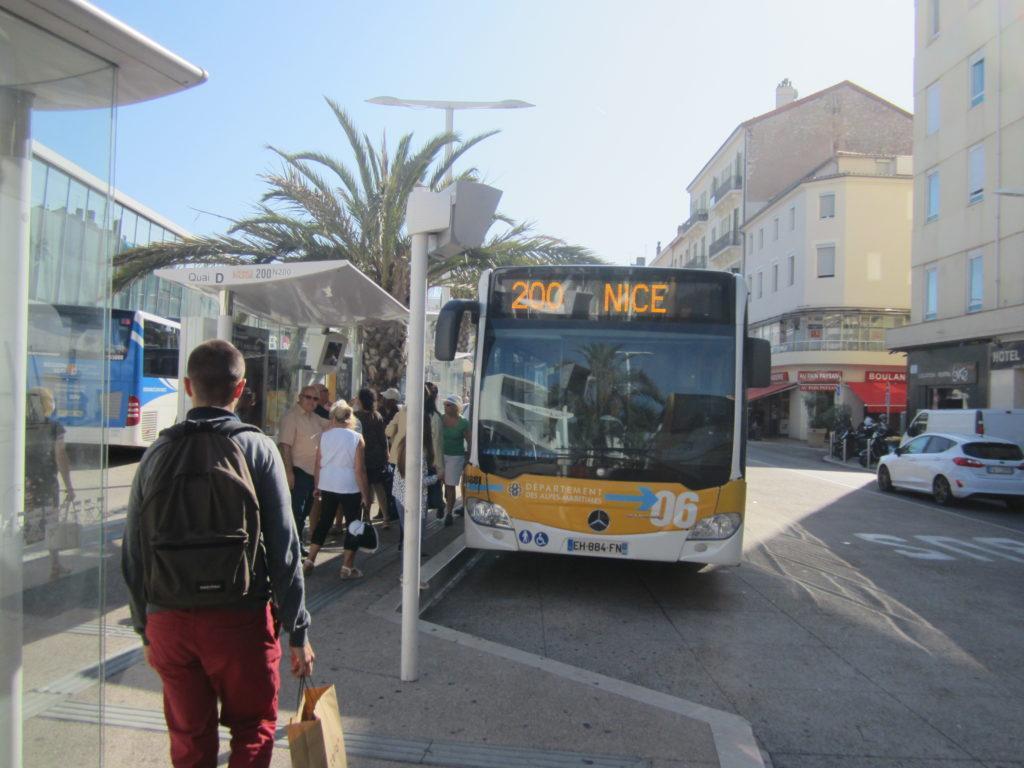 Автобус №200. Остановка в городе Канны