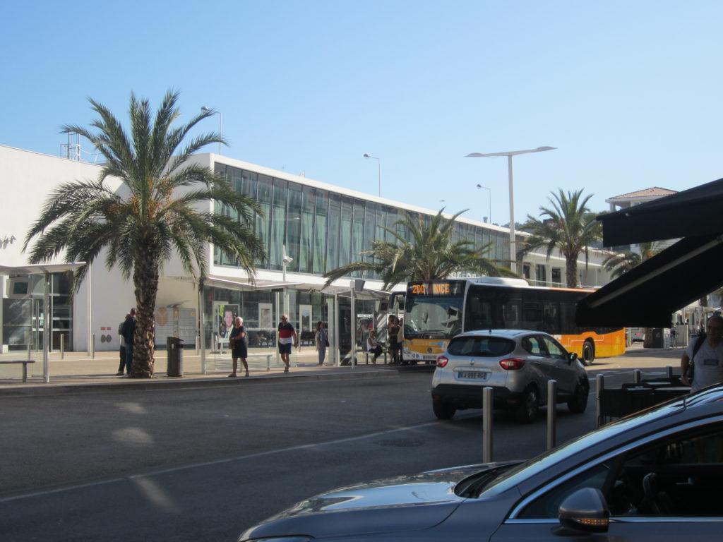 Остановка автобусов у жд вокзала в Канны