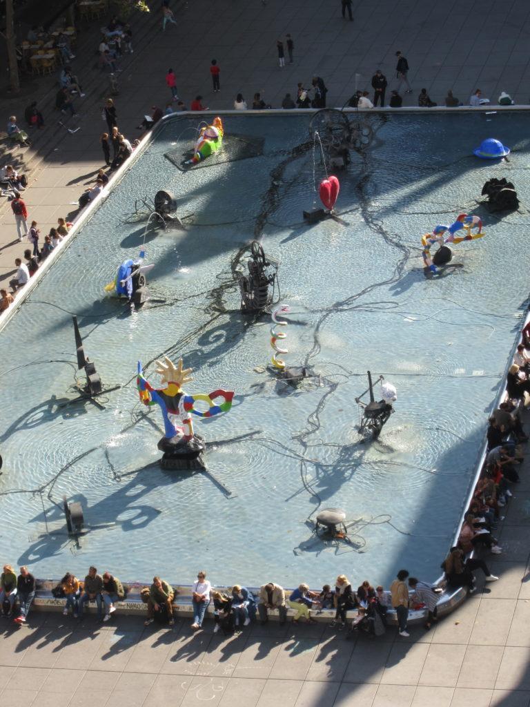 фонтан на площади Игоря Стравинского у Центра Жоржа Помпиду