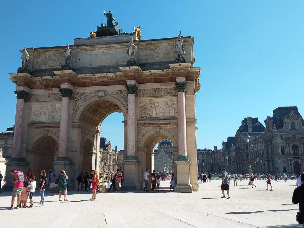 Лувр и Триумфальная арка Карузель (Arc de Triomphe du Carrousel)