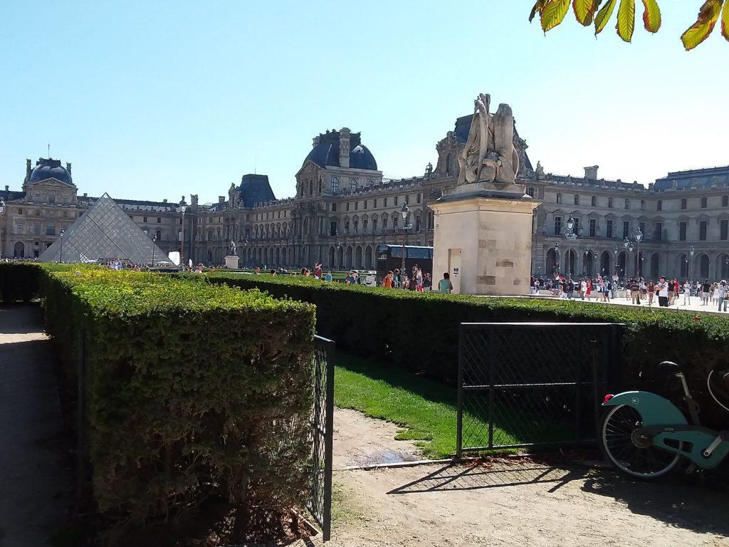 Сад Тюильри рядом с музеем Лувр