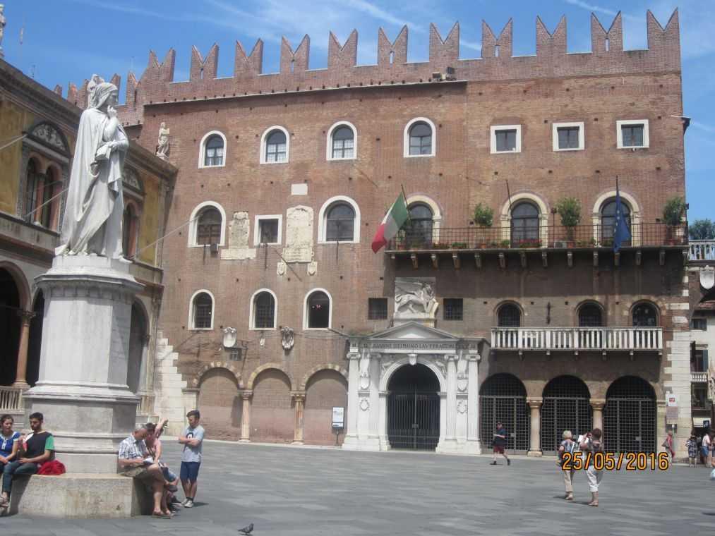 Пьяцца дей Синьори (Piazza dei Signori). Памятник Данте