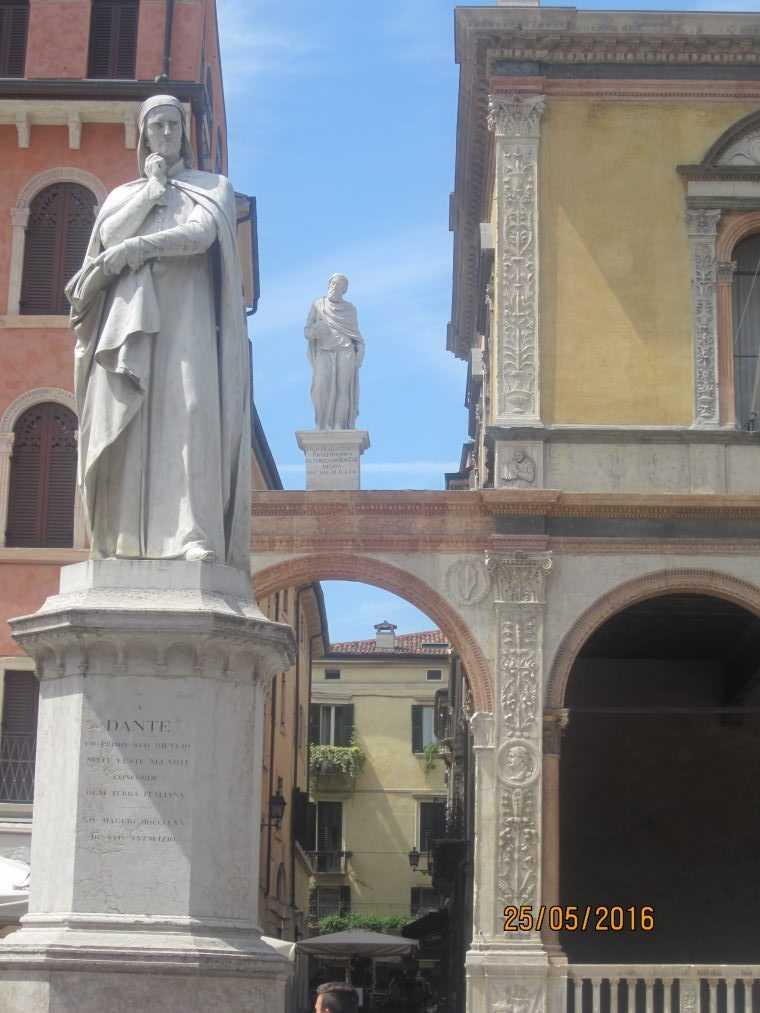 Верона. Площадь Синьории. Памятник Данте