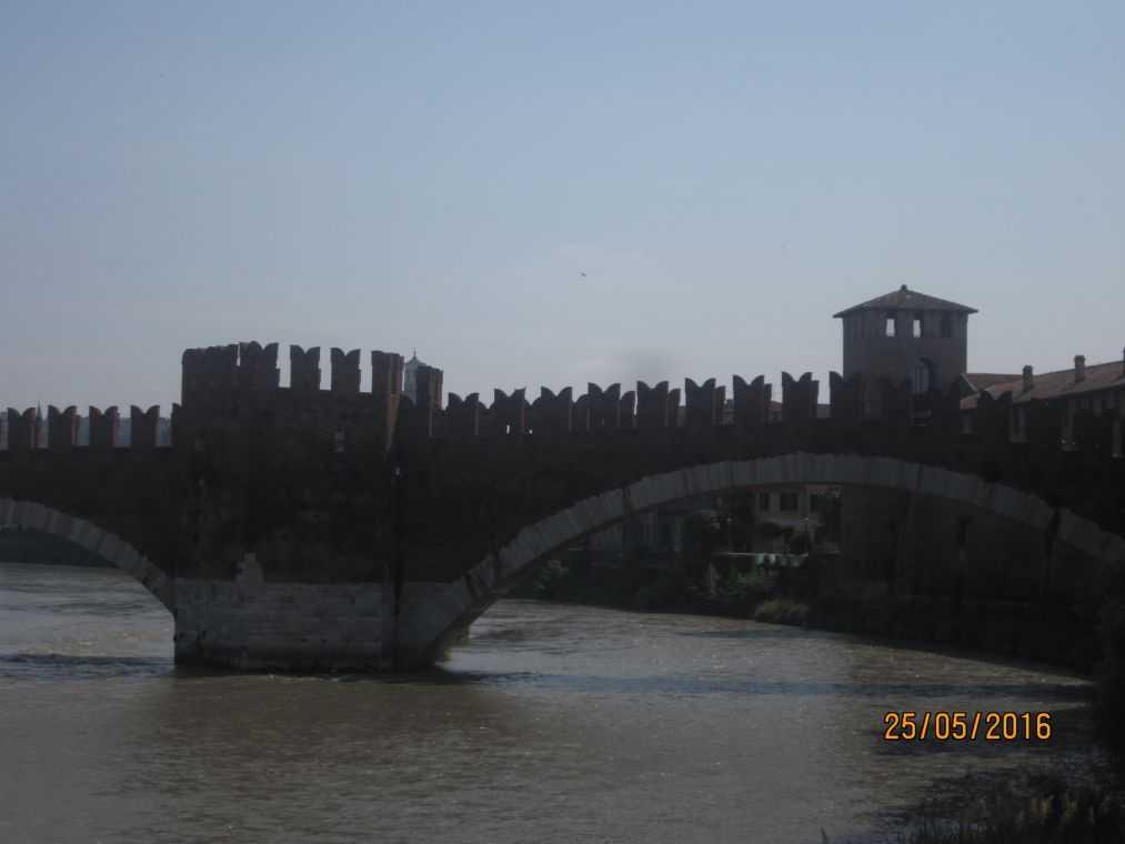 В Замок Кастельвеккио (Castelvecchio). Мост Понте Скалиджеро