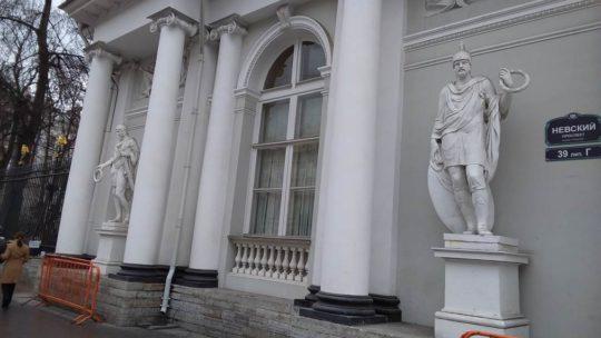 По Невскому проспекту Санкт-Петербурга
